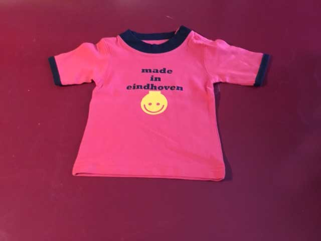 Baby t-shirt made in eindhoven met lampje rood