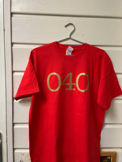 Heren t-shirt - 040 rood met gouden opdruk